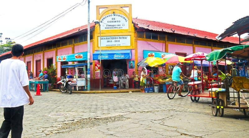 Corinto Nicaragua Oktober 10, 2018 Lokaler som shoppar på den offentliga marknaden färgglada byggnader arkivfoton