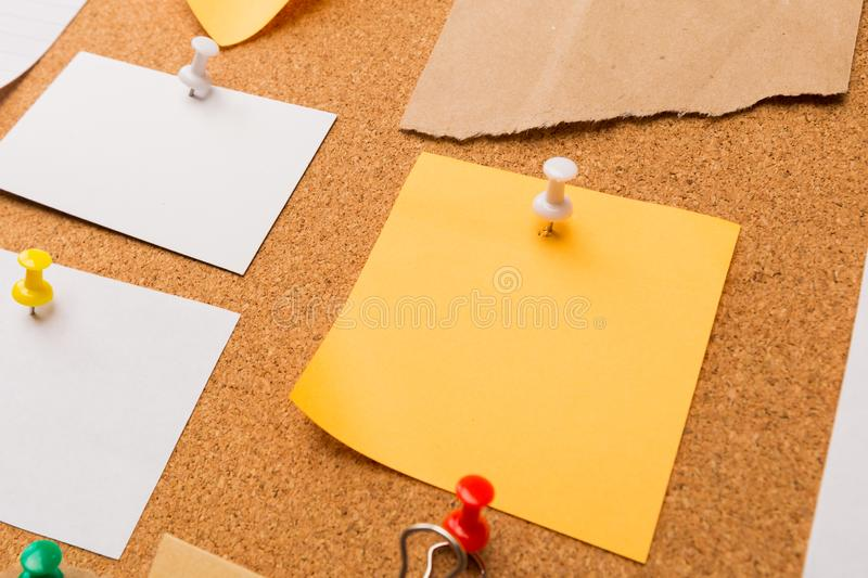 Cork board with pinned colored blank notes - Image royalty free stock photos