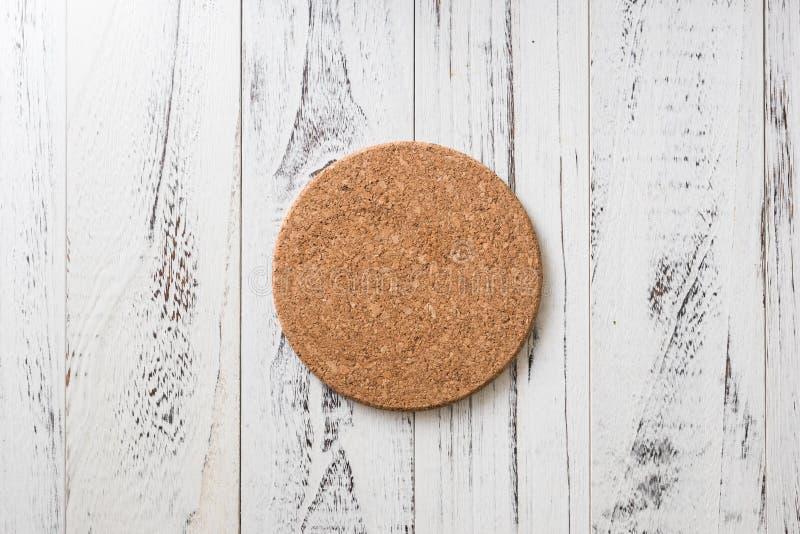 Cork Coaster op witte houten achtergrond stock afbeelding