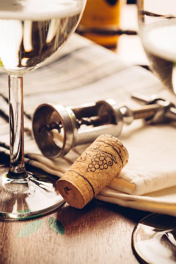 Cork en flesopener - wijn royalty-vrije stock afbeeldingen