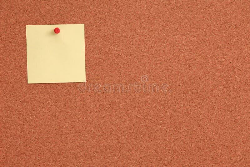Cork raad met gele nota en rode speld royalty-vrije stock foto's