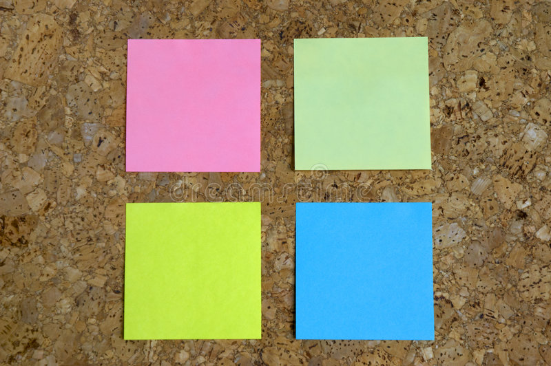Cork Raad met Post-its stock foto's