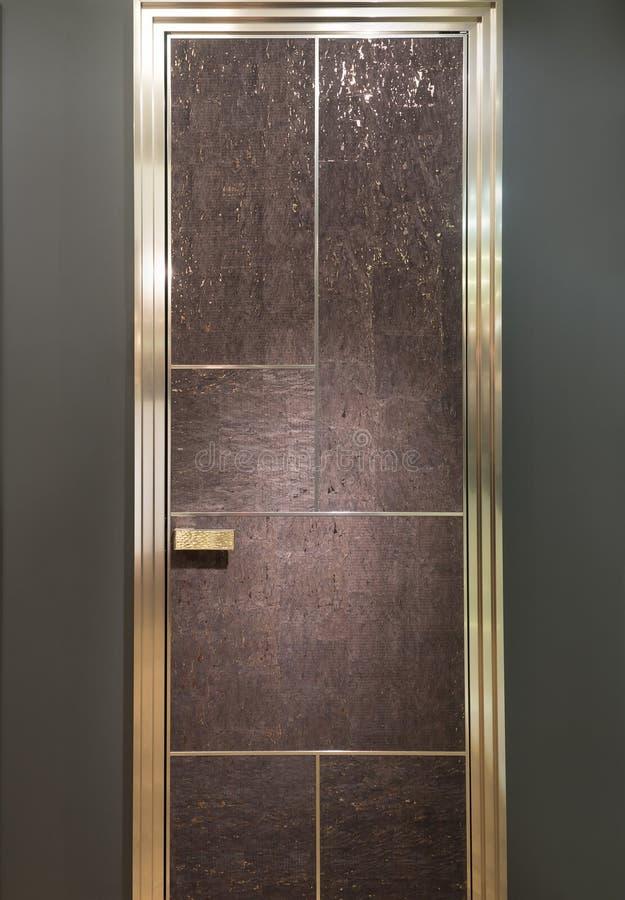 Cork rijke moderne deur houten deur op een grijze muurachtergrond stock afbeeldingen