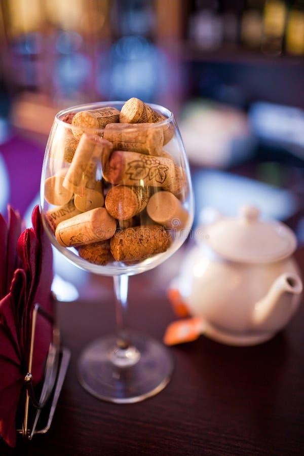Cork van de wijn in het glas stock afbeelding