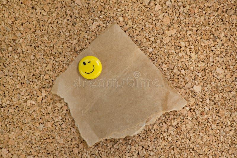 Corkboard con il sacco di carta violento allegato immagine stock