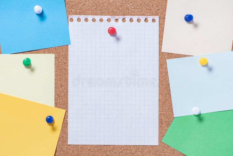 Corkboard dla notatek z pustymi prześcieradłami na guzika zbliżeniu fotografia royalty free