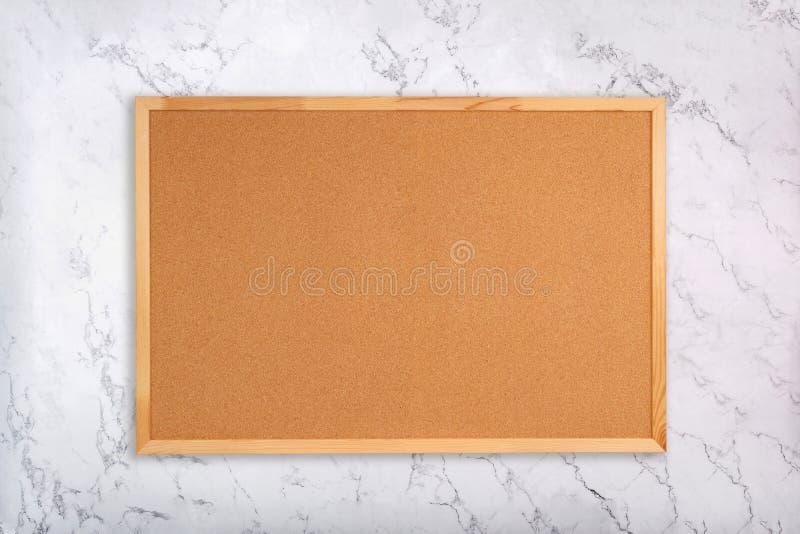 Corkboard en blanco en el fondo de mármol Tablón de anuncios del corcho en la textura de mármol imagenes de archivo