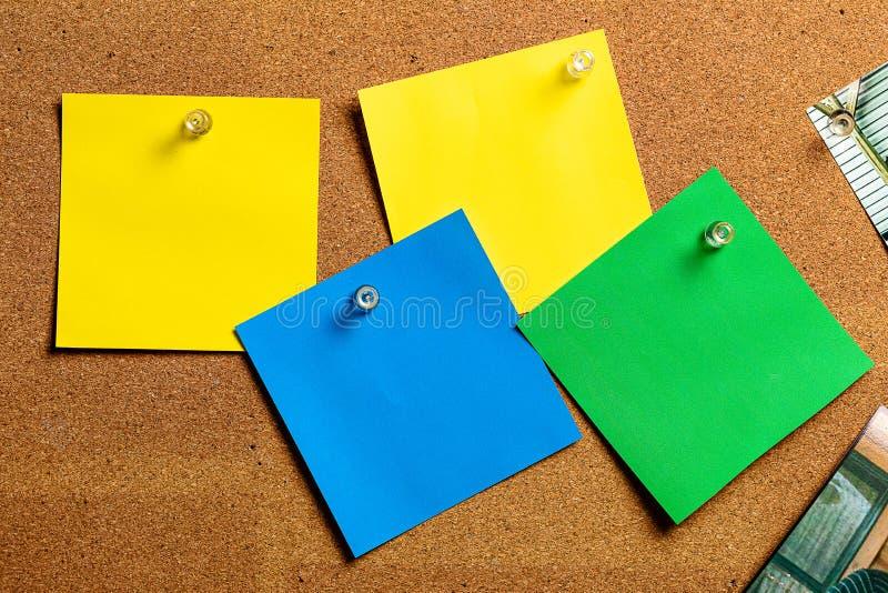 Corkboard/Prikbord en lege Kleverige Nota's stock foto
