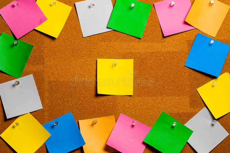 Corkboard/Prikbord met een groep diverse gekleurde kleverige nota's die een centraal open cork gebied perfect voor Copywriting gr royalty-vrije stock fotografie