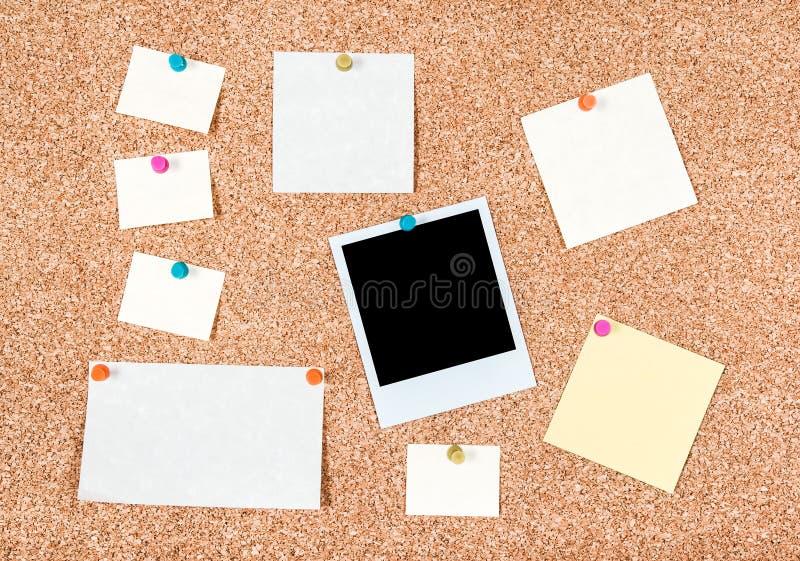 Corkboard z puste miejsce notatkami i fotografią obraz royalty free