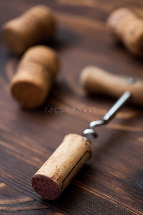 Corkscrew i korki na drewnianym tle zdjęcia stock