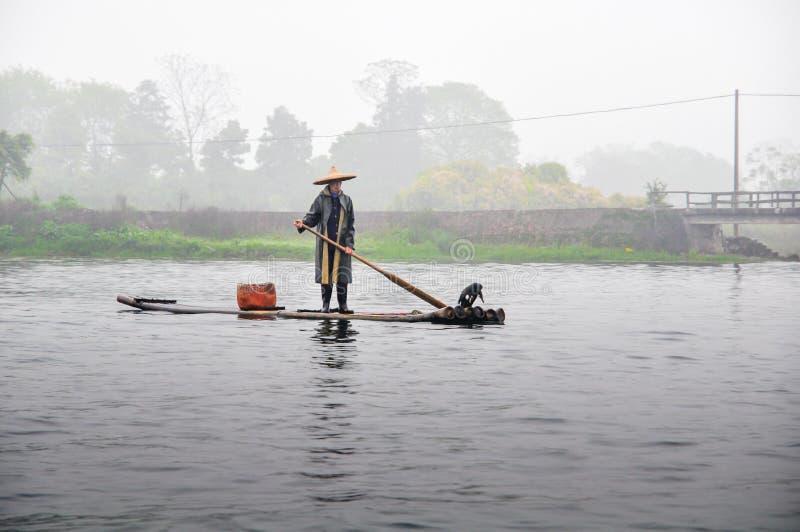 Cormorán y pescador fotos de archivo