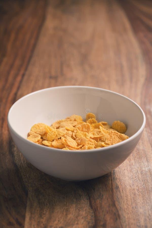 Corn Flakes in der weißen Schüssel auf Tabelle lizenzfreie stockfotos