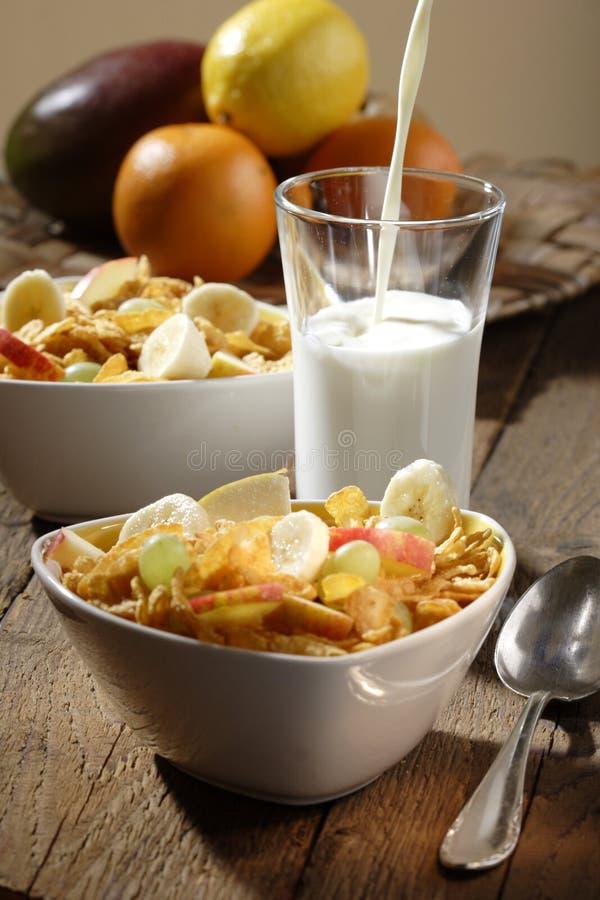 Corn Flakes mit Früchten lizenzfreie stockfotografie