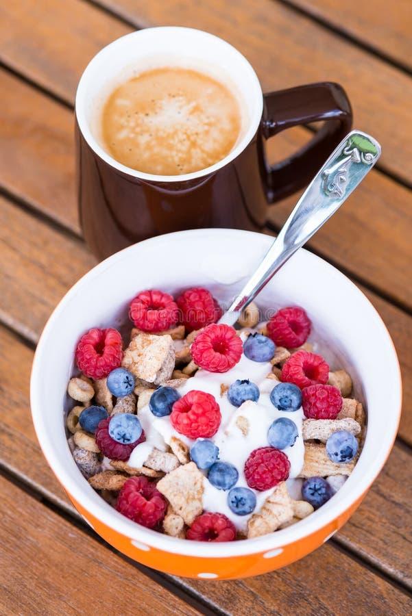 Corn-Flakes mit frischen Früchten, Jogurt und Kaffee stockbilder
