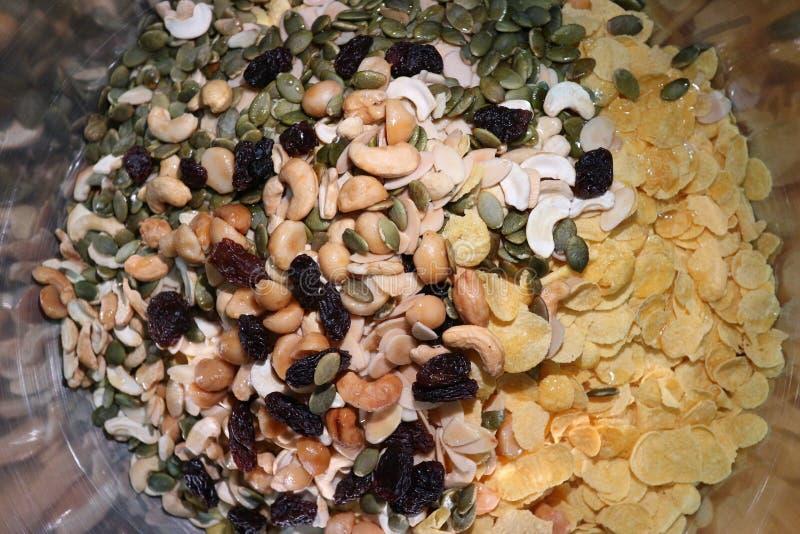 Corn-Flakes und andere Getreide mit frischen Früchten, Nuss und Beeren auf Tabelle, Korn für gute Gesundheit stockbilder