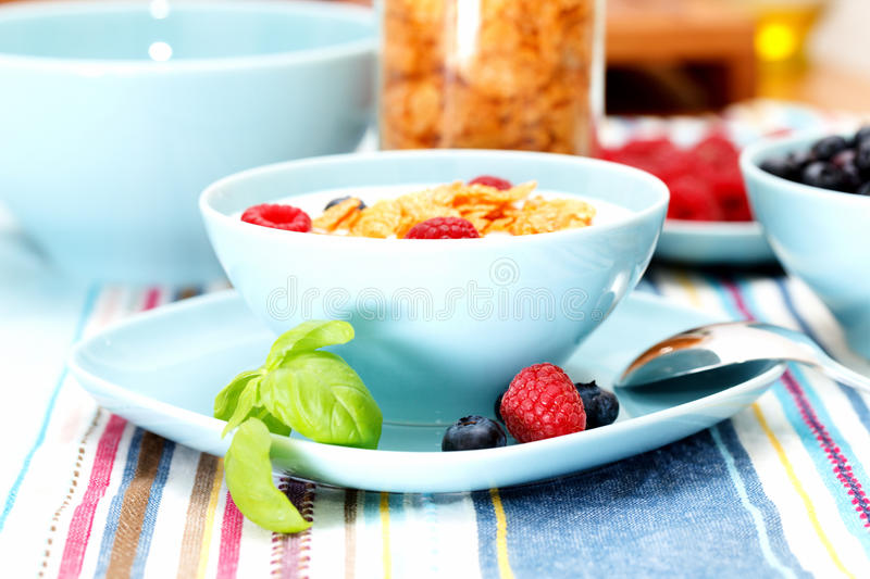 Corn-Flakes und Beeren stockfotos