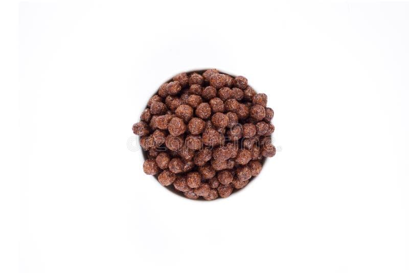 Corn- Flakesschokoladen-Bälle in der Schüssel lokalisierten Draufsicht stockfotos