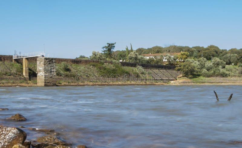 Cornalvo水库水坝从岸,西班牙的 库存图片