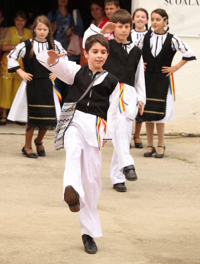 Jongen die bij de volksshow dansen royalty-vrije stock fotografie