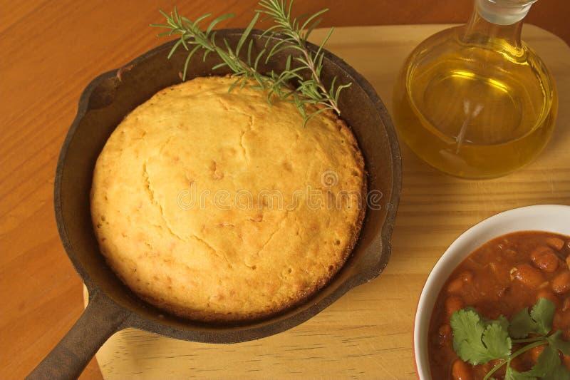Cornbread e peperoncino rosso fotografie stock