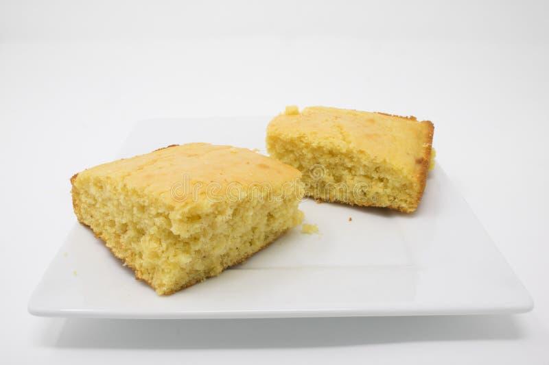 Cornbread op een witte plaat stock foto