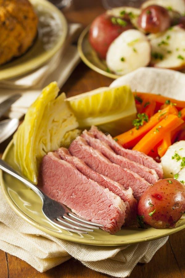 Corned beef et chou faits maison images stock