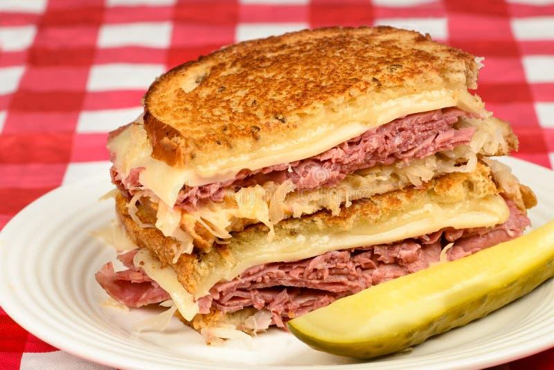 Corned-Beef Reuben Sandwich lizenzfreies stockfoto