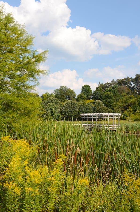 Cornell Botanic Gardens, Houston Pond avec le belvédère photographie stock libre de droits