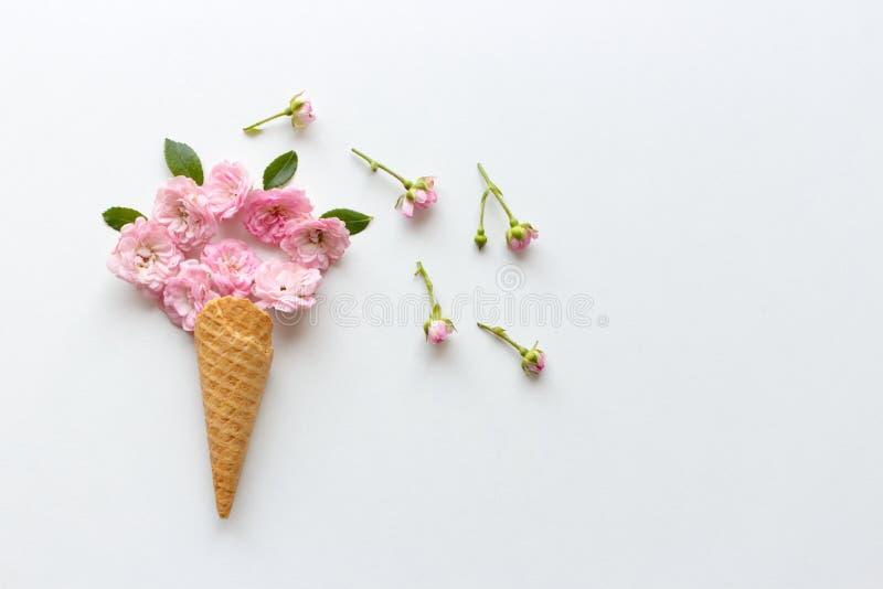 Cornet de crème glacée avec le bouquet des roses Concept floral d'?t? de ressort Minimal cr?atif Fleur rose, couleur blanche tren photos libres de droits