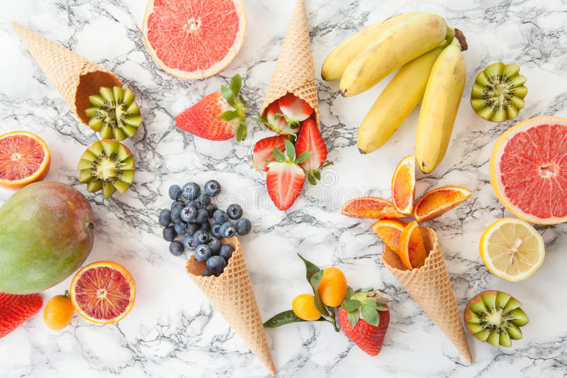 Cornets de crème glacée avec des fruits frais photos stock