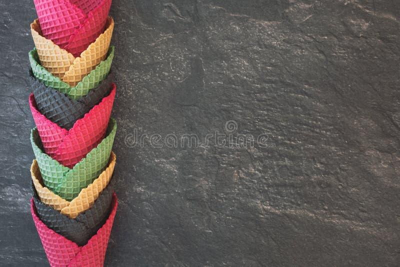 Cornets de crème glacée dans des couleurs assorties photos stock