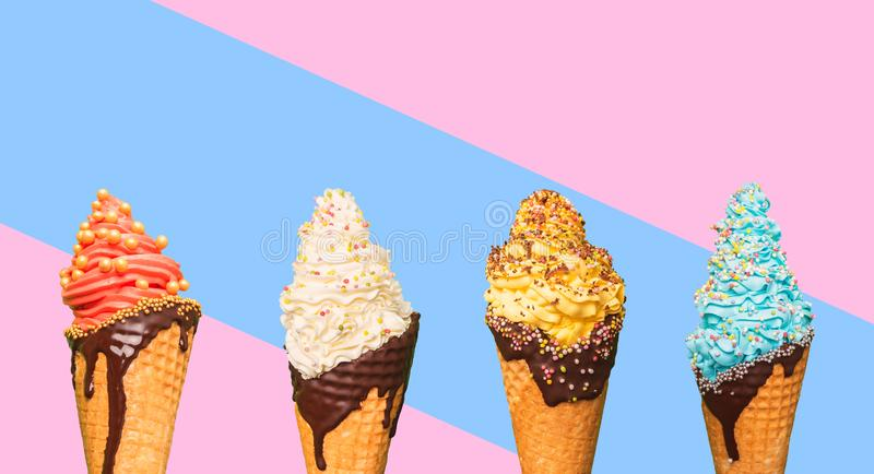 Cornets de crème glacée dans les cônes sur le fond coloré d'abstarct Crème glacée avec les saveurs et l'écrimage différents images stock