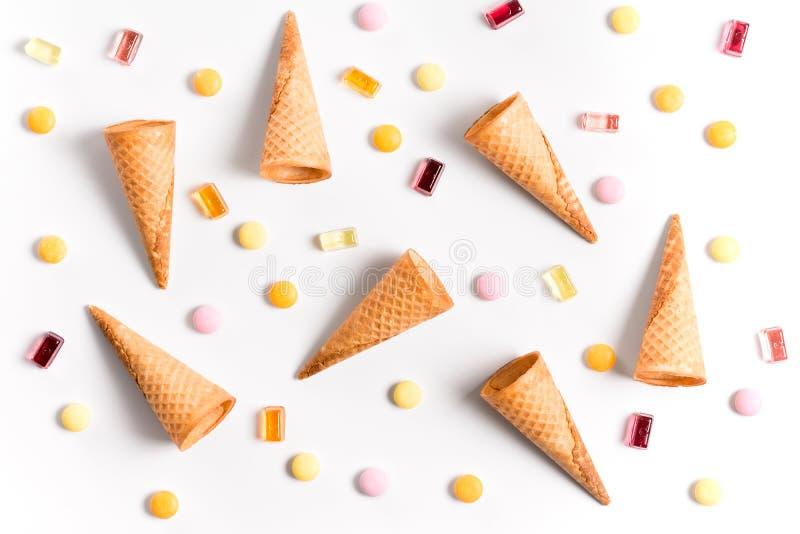 Cornets de crème glacée et papier peint plat d'image étendu par sucrerie photos stock
