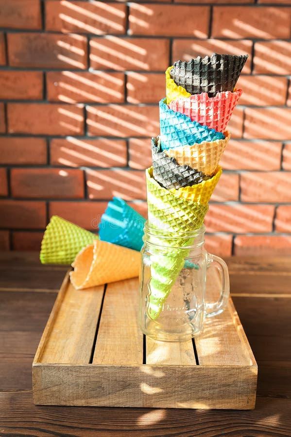 Cornets de crème glacée multicolores dans un espace de plan rapproché et de copie de pot Cônes pour la crème glacée sur un fond d photographie stock libre de droits