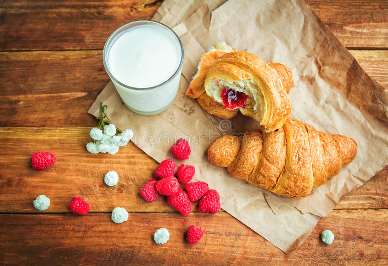 Cornetto、牛奶和成熟莓 免版税库存图片