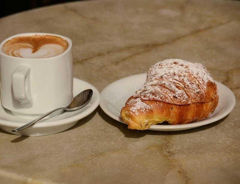 Cornetto com cappuccino fotografia de stock royalty free
