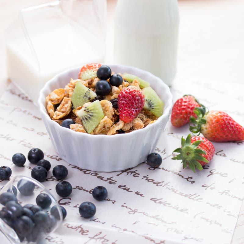 Cornflake avec des fruits frais image stock
