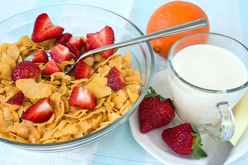 Cornflakes avec la fraise et le lait images libres de droits