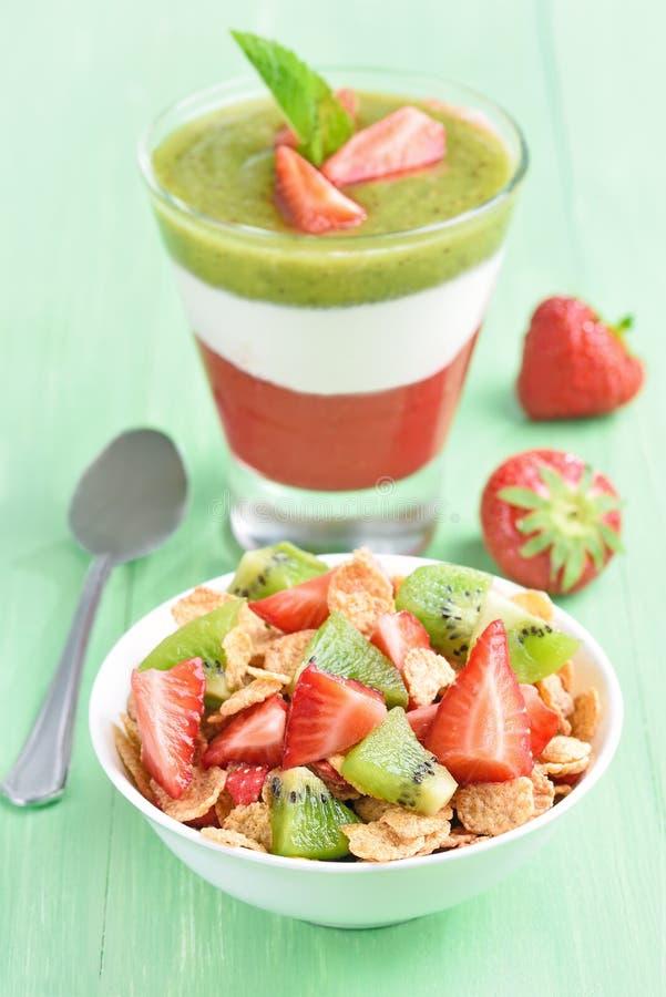 Cornflakes avec le fruit frais et le dessert posé image libre de droits