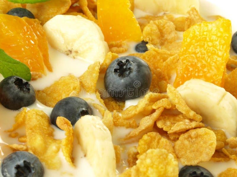 Cornflakes avec les fruits et le lait photos stock