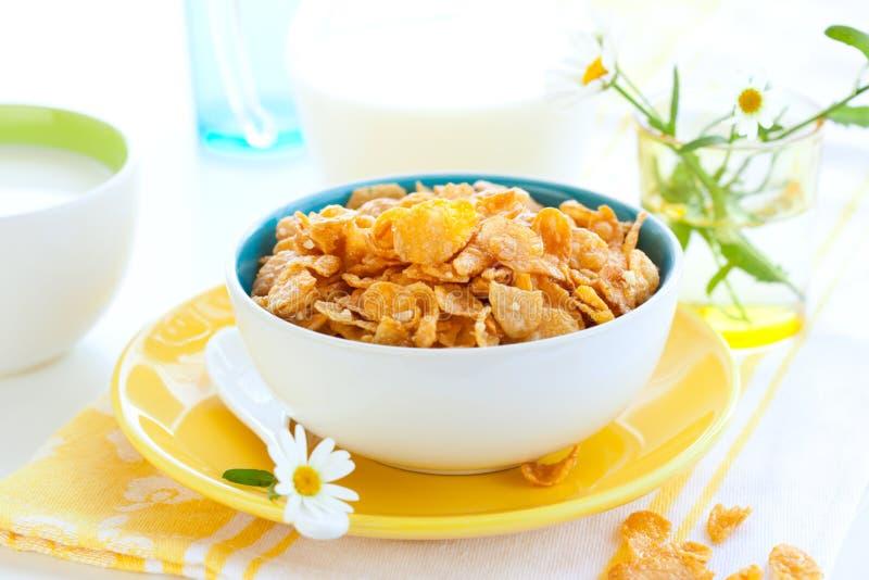 Cornflakes en melk stock afbeeldingen
