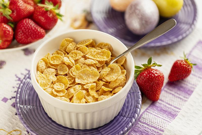 Cornflakes et fraises sains de petit d?jeuner image libre de droits