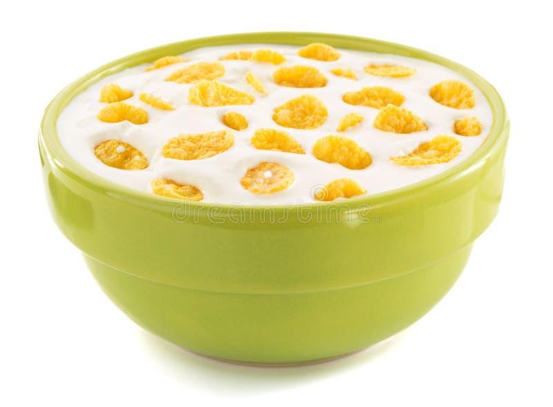 Cornflakes in kom op wit royalty-vrije stock fotografie