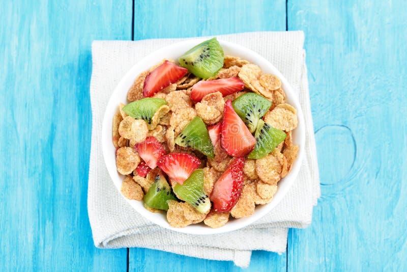 Cornflakes med den nya jordgubben och kiwin royaltyfri bild