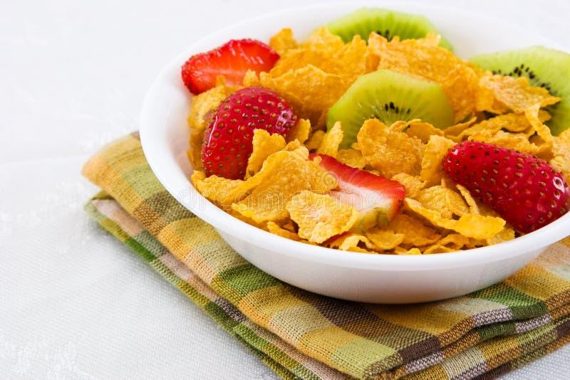 Cornflakes met Aardbeien en het Fruit van de Kiwi stock foto
