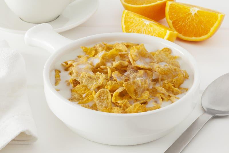 Cornflakes met melk stock afbeelding