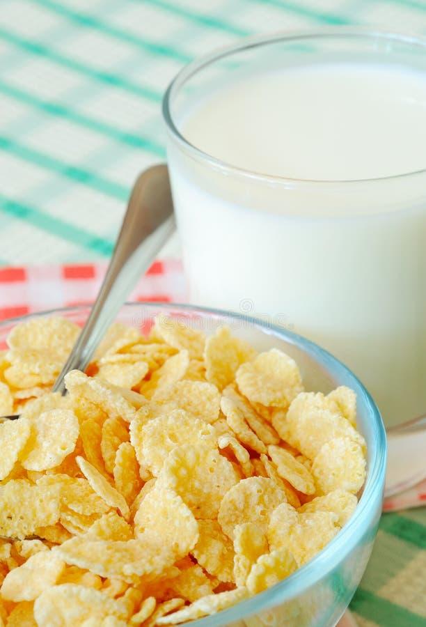 Cornflakes och mjölkar arkivfoton