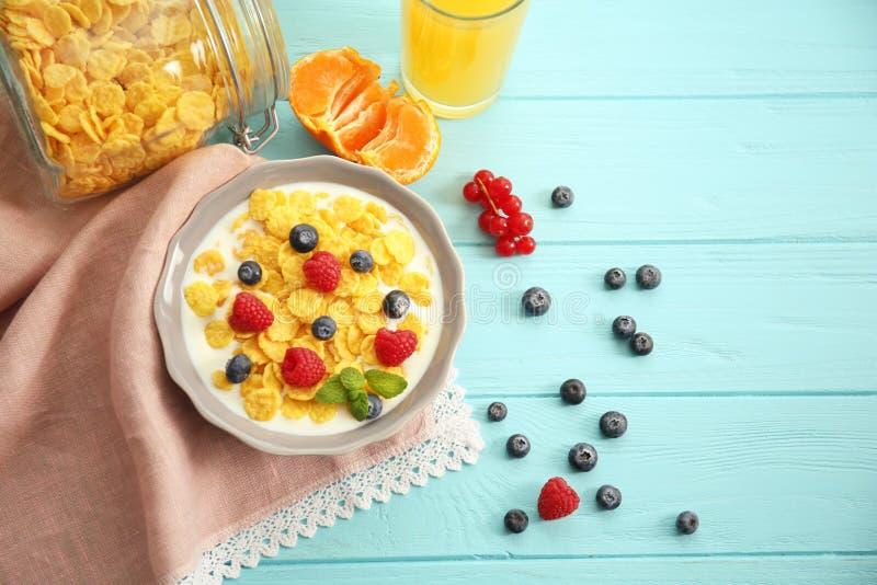 Cornflakes savoureux avec des framboises et des myrtilles images libres de droits