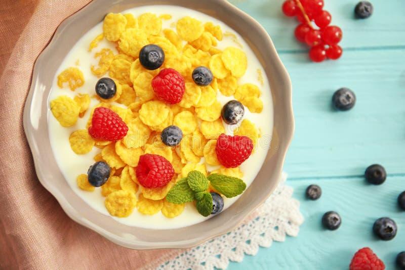 Cornflakes savoureux avec des framboises et des myrtilles photographie stock
